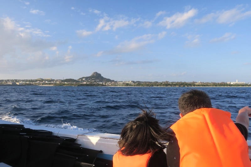 伊江島沖から、漁船に乗って伊江島タッチューを眺める。