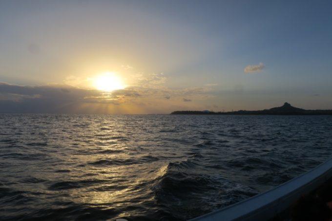 伊江島沖の漁船から日の入りを待つも、船酔い者が続出。