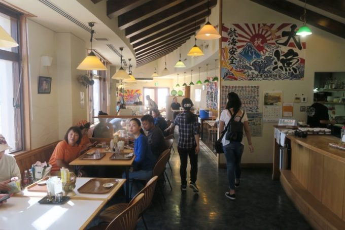 伊江島のフェリーターミナル2階にある「海人食堂」の店内。