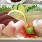 伊江島フェリーターミナル2階「海人食堂」刺身は4種類乗っていた。
