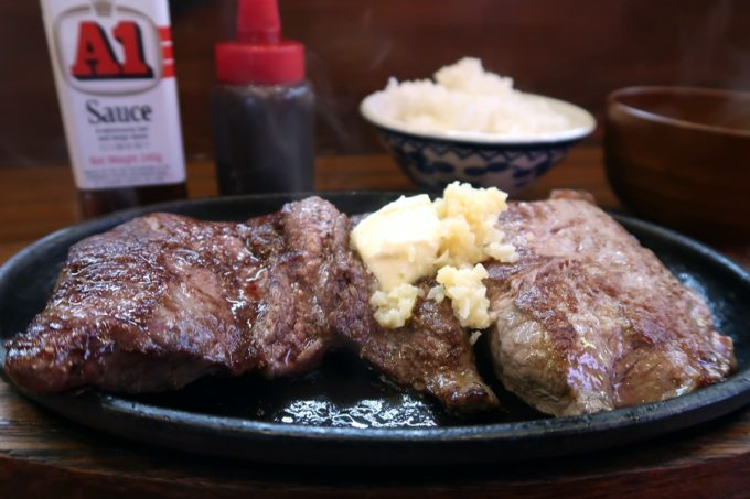 読谷「もつ焼き あぶさん」でランチのステーキ(400g、1500円)をいただく