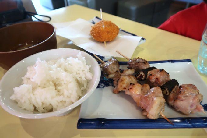 読谷「もつ焼き あぶさん」日曜ランチはなんでも注文できるので、串焼きと牛コロッケを注文して定食にする