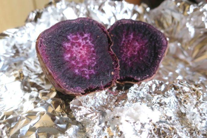 縄本島北部の離島・伊江島の紅芋の焼き芋と、製塩したマース(塩)。