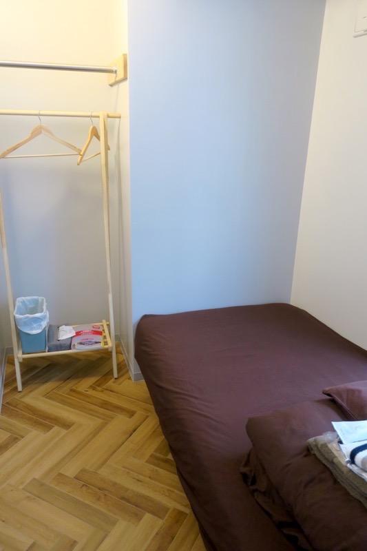 沖縄市「アーケードリゾートオキナワ ホテル&カフェ」女性専用シングルの308号室はシングルベッド1台とハンガーラックだけの狭い部屋でした。