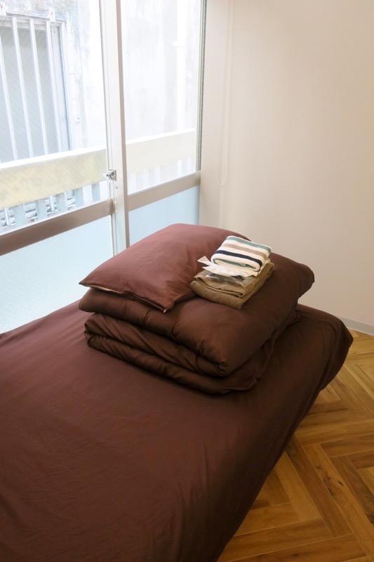 沖縄市「アーケードリゾートオキナワ ホテル&カフェ」女性専用シングルの308号室には開閉式の窓があった。