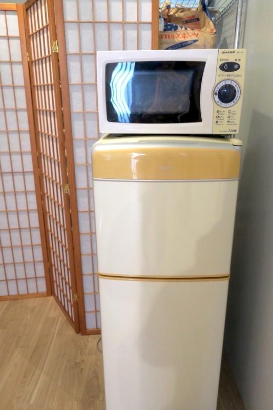 沖縄市「アーケードリゾートオキナワ ホテル&カフェ」の共同冷蔵庫と電子レンジ。