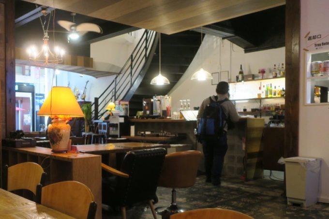 沖縄市「アーケードリゾートオキナワ ホテル&カフェ」1階のカフェバーがチェックインのフロントになっている。