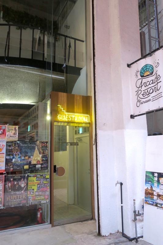 沖縄市「アーケードリゾートオキナワ ホテル&カフェ」の客室はカフェバー横の階段から向かう。