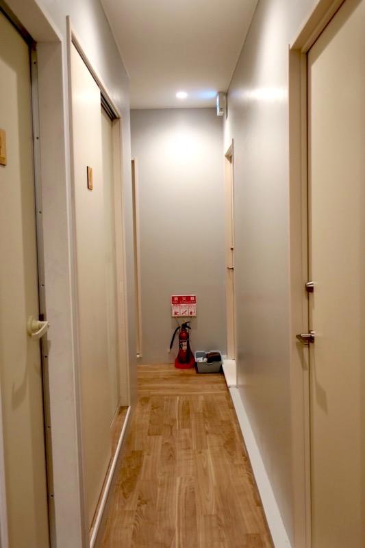 沖縄市「アーケードリゾートオキナワ ホテル&カフェ」の女性専用客室の廊下。