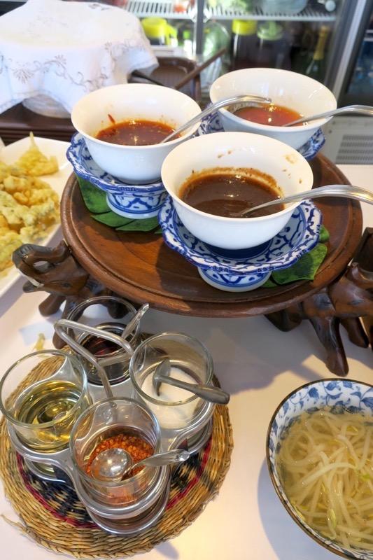 沖縄市「タイフードクラブ バカラ(Thai Food Club Baccara)」ランチブッフェの卓上調味料。