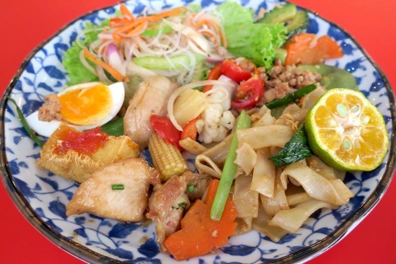 沖縄市「タイフードクラブ バカラ(Thai Food Club Baccara)」のランチブッフェで取り分けたタイ料理の数々。