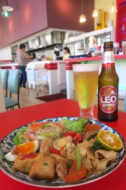 沖縄市「タイフードクラブ バカラ(Thai Food Club Baccara)」のランチブッフェで取り分けたお料理とタイのビール。