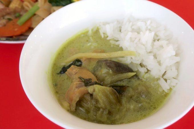 沖縄市「タイフードクラブ バカラ(Thai Food Club Baccara)」ランビブッフェで食べたグリーンカレー。