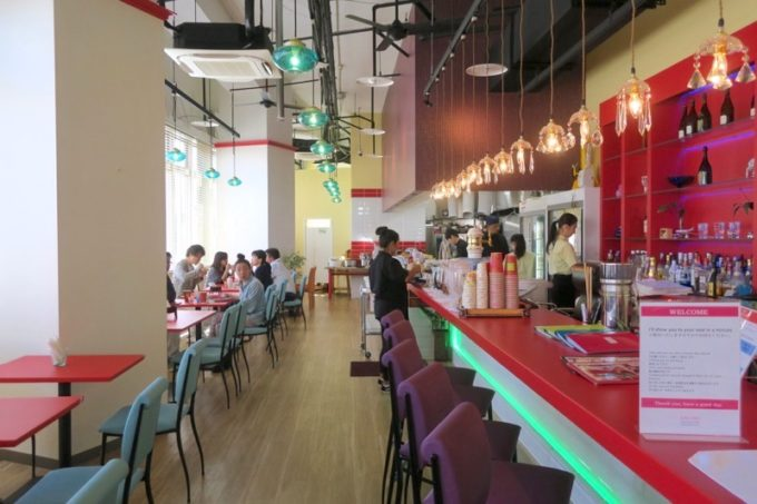 沖縄市・ミュージックタウン音市場1階の「タイフードクラブ バカラ(Thai Food Club Baccara)」の店内。