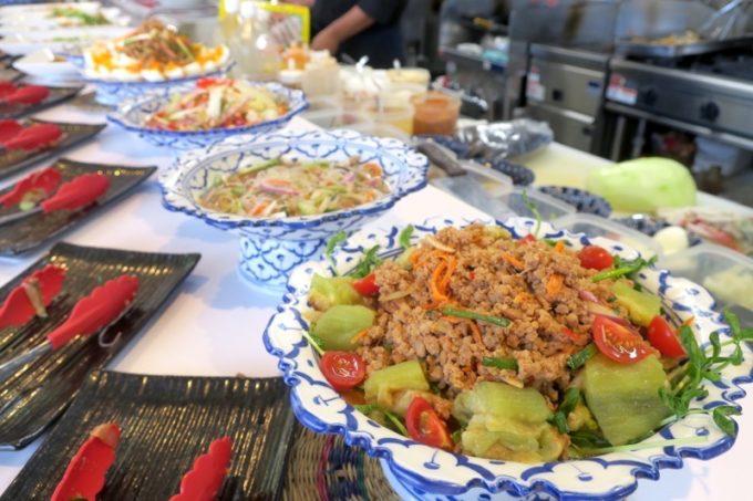 沖縄市「タイフードクラブ バカラ(Thai Food Club Baccara)」食べ放題ランチのタイ料理の数々。