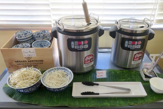 沖縄市「タイフードクラブ バカラ(Thai Food Club Baccara)」のランチブッフェには、セルフで作る麺コーナーがあった。