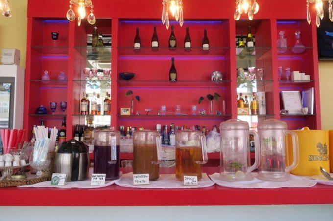 沖縄市「タイフードクラブ バカラ(Thai Food Club Baccara)」ランチブッフェのソフトドリンクコーナー。