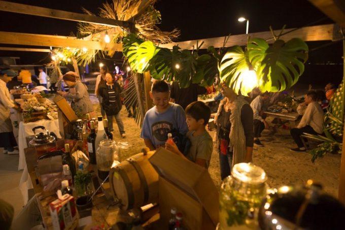 伊江島「ビーチグランピングBBQ」飾り付けられた会場で、おもてなしを受ける。