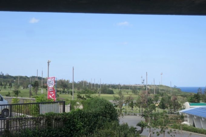 伊江島カントリークラブにあるレストラン「バーディーハウス」から見えるコースの眺め。