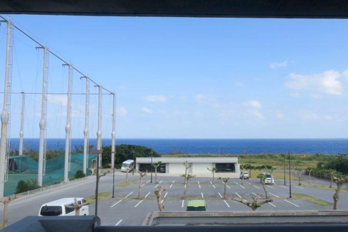 伊江島カントリークラブにあるレストラン「バーディーハウス」から見える海方面の眺め。