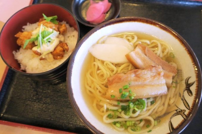 伊江島カントリークラブにあるレストラン「バーディーハウス」で食べた沖縄そばのミニ丼セット。