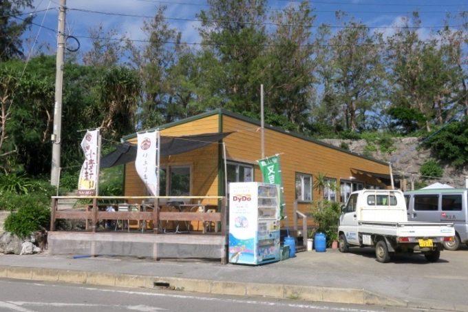 伊江港フェリーターミナルの裏手にある「伊江島小麦直売所」の外観。