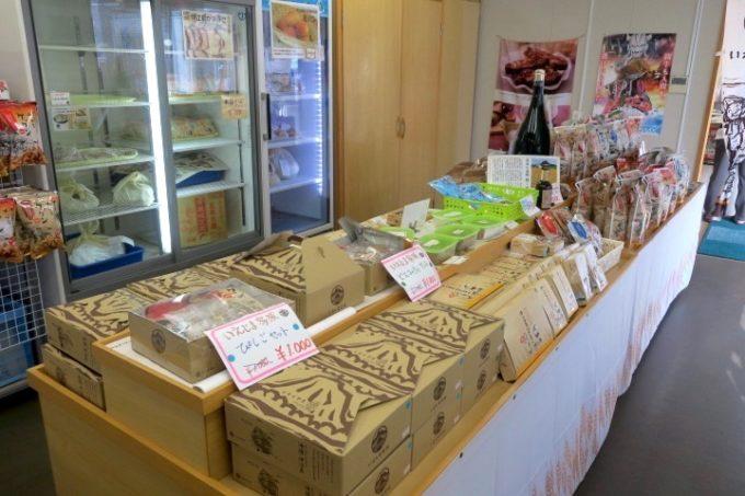 伊江港フェリーターミナル裏手「伊江島小麦直売所」の店内にあるお土産類。