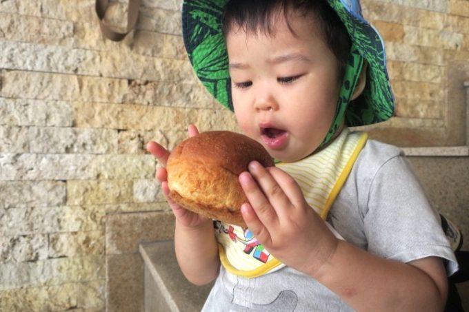 伊江港フェリーターミナル裏手「伊江島小麦直売所」で買ってきた麦パン(120円)に喜ぶお子サマー。