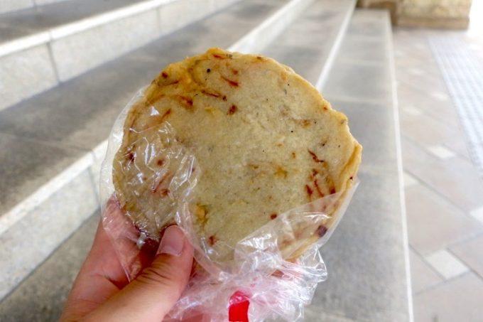 伊江港フェリーターミナル裏手「伊江島小麦直売所」で売られていた平丸(170円)