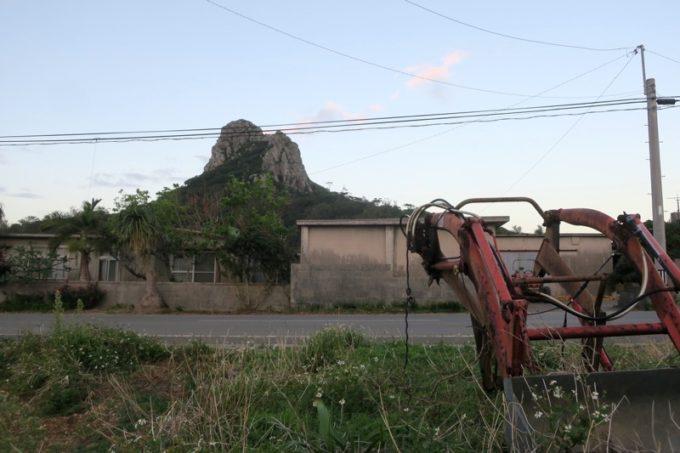 伊江島で民泊した朝、外に出ると伊江島タッチューが見えた。