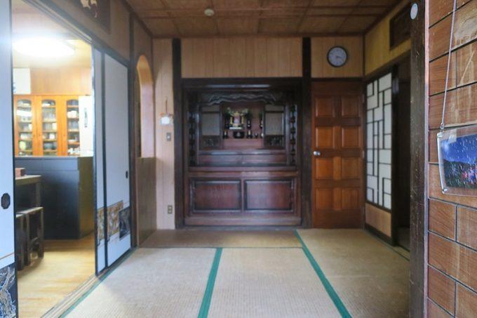 伊江島で民泊(玉城加津美さん宅)の玄関j入ってすぐの様子。