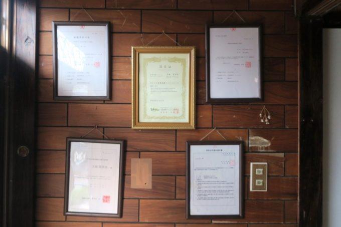 伊江島で民泊(玉城加津美さん宅)の玄関に飾られた許可証やソフリエ認定証など。