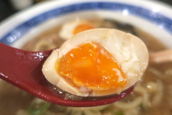 沖縄市「ラーメンLab ソウハチヤ」トッピングした味玉(100円)は絶妙な火入れ具合。