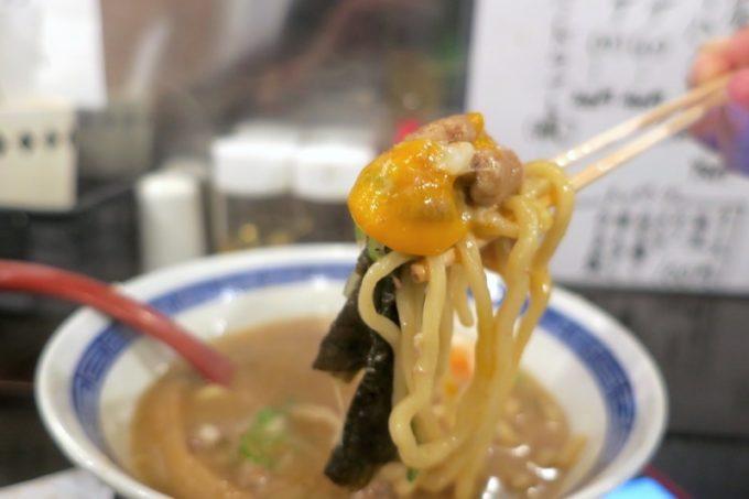 沖縄市「ラーメンLab ソウハチヤ」肉玉というだけあって、生の卵黄が1つ乗せられている。
