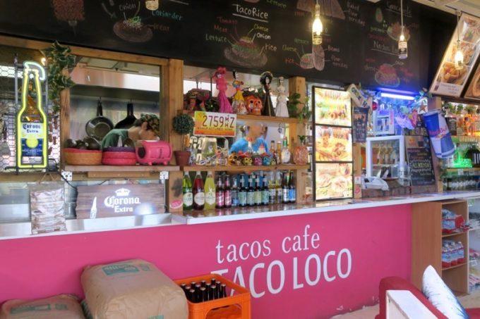 北谷・アメリカンビレッジの「タコロコ(TACO LOCO)」のレジ兼キッチン。