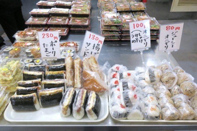 那覇「上間てんぷら店 小禄金城店」で売られているおにぎりやポークたまご、揚げサンド。
