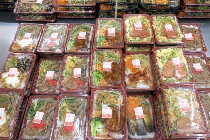 那覇「上間てんぷら店 小禄金城店」で販売している380円均一のお弁当コーナー。
