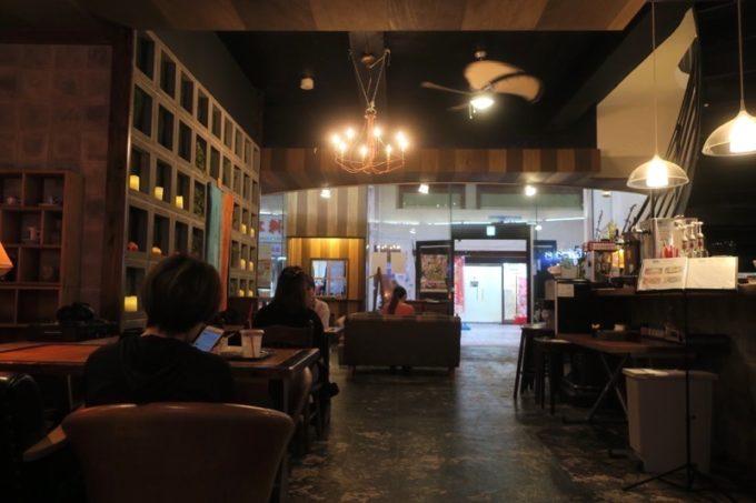 沖縄市「アーケードリゾートオキナワ ホテル&カフェ」のカフェバーで夕飯を食べることにした。