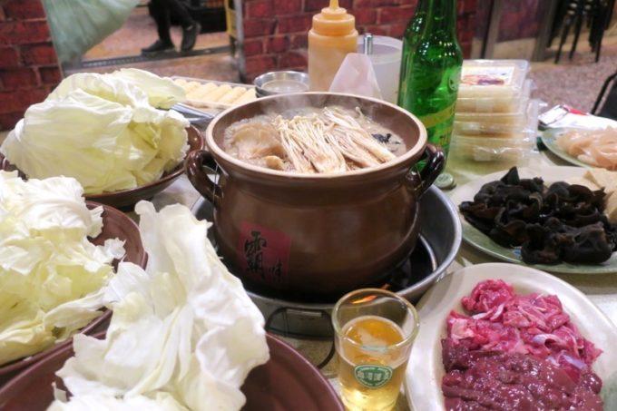 台湾・高雄「現殺霸味薑母鴨」養生セット(1人前TWD600を2セット)や高麗菜(TWD50)などでいっぱいいっぱいのテーブルでグツグツ煮込まれる鴨鍋。