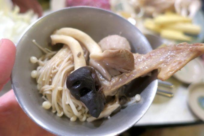 台湾・高雄「現殺霸味薑母鴨」養生セットに含まれるキノコいっぱい、鴨肉いっぱいのお鍋。