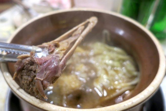 台湾・高雄「現殺霸味薑母鴨」お鍋の最後の方で、鴨のクチバシ的なものが出てきた。