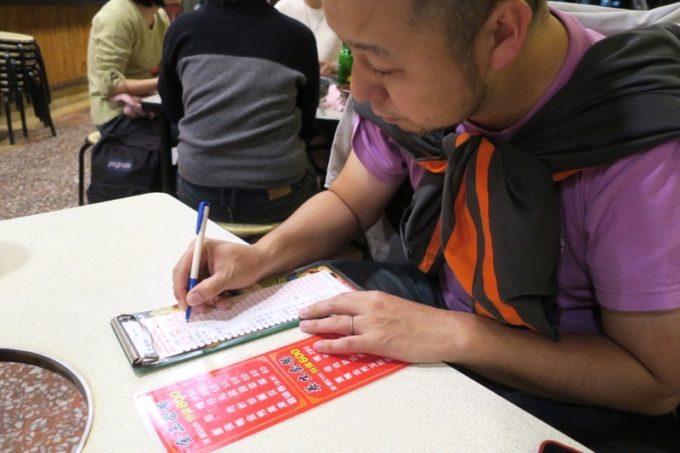 台湾・高雄「現殺霸味薑母鴨」のオーダー用紙にチェックを入れる。