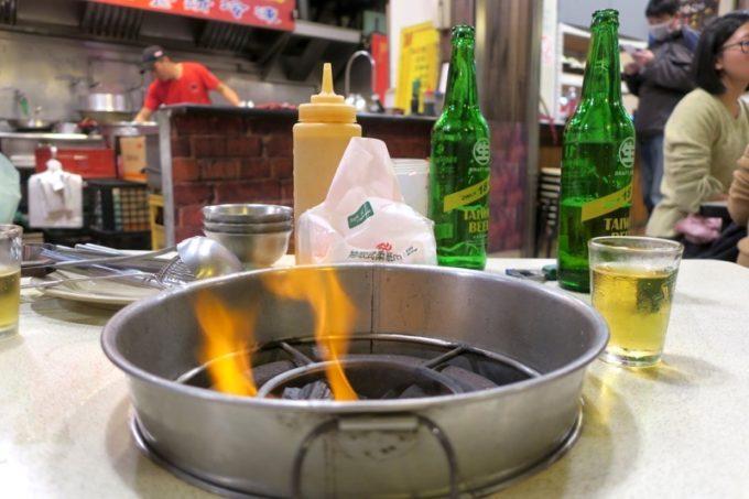 台湾・高雄「現殺霸味薑母鴨」のテーブルに置かれた炭火。