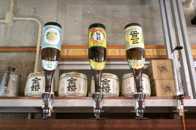那覇・栄町「べべべ」で上を見上げると、そこにあるのは焼酎類。