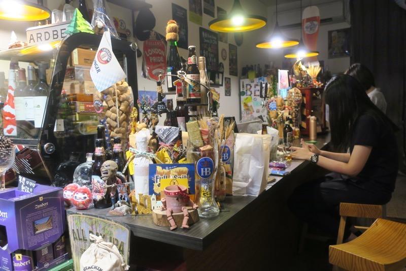 台湾・高雄「Beer Bee」には店内で飲食できるスペースもある。