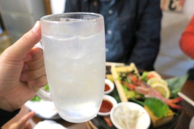那覇・栄町「えび専門酒場 えびす屋」のレモンハイ。