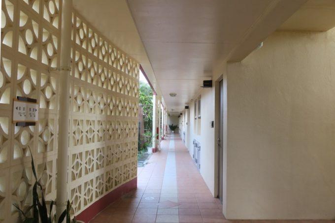 読谷「ホテルむら咲むら」の1階廊下。