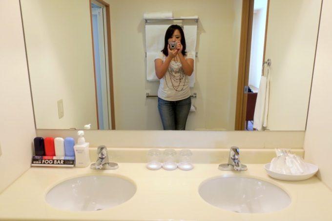 読谷「ホテルむら咲むら」の洗面台は広々としている。