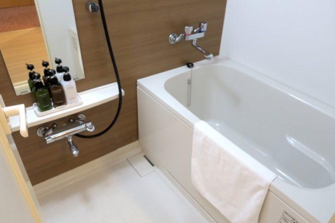 読谷「ホテルむら咲むら」のバスルームは綺麗で広い。