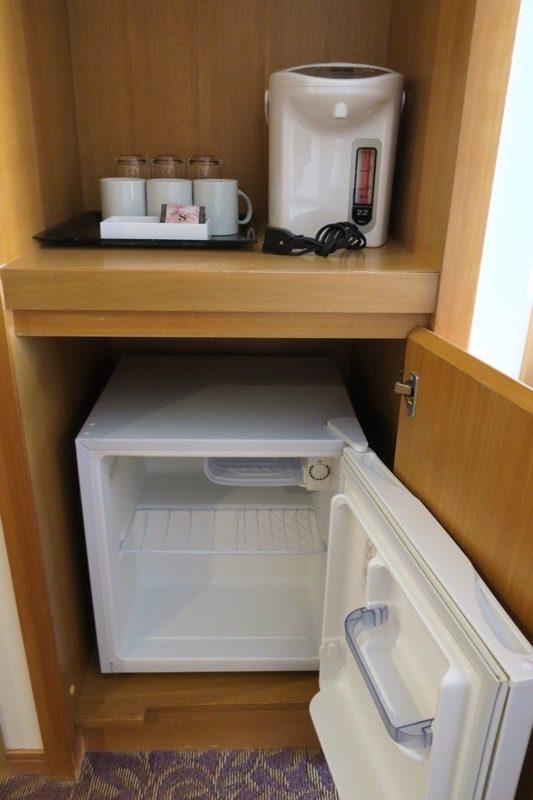 読谷「ホテルむら咲むら」の冷蔵庫は空っぽで使い勝手が良い。